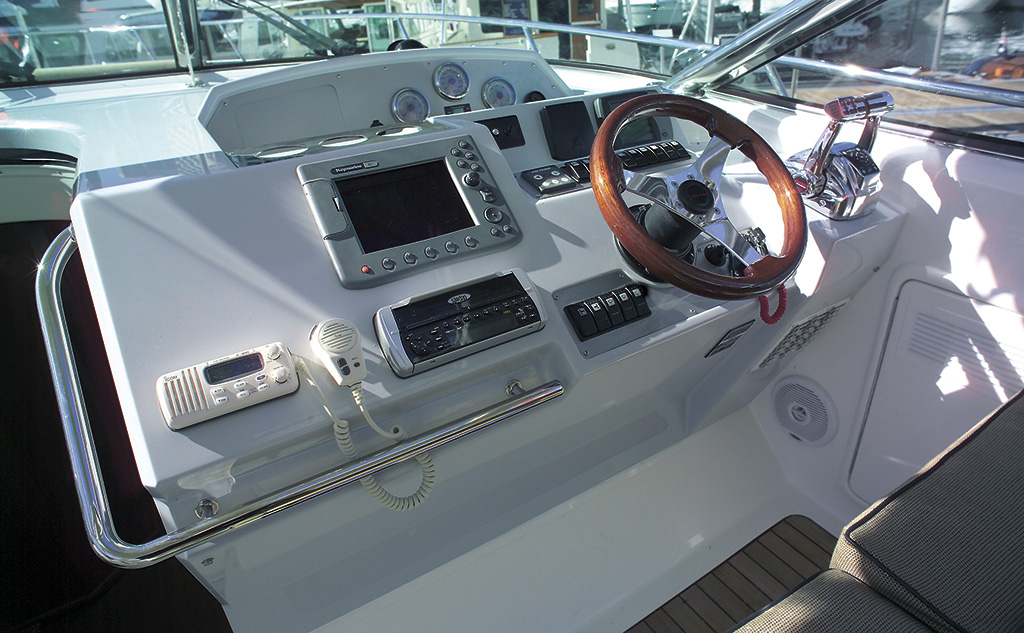 Cockpit helm of the Riviera M400