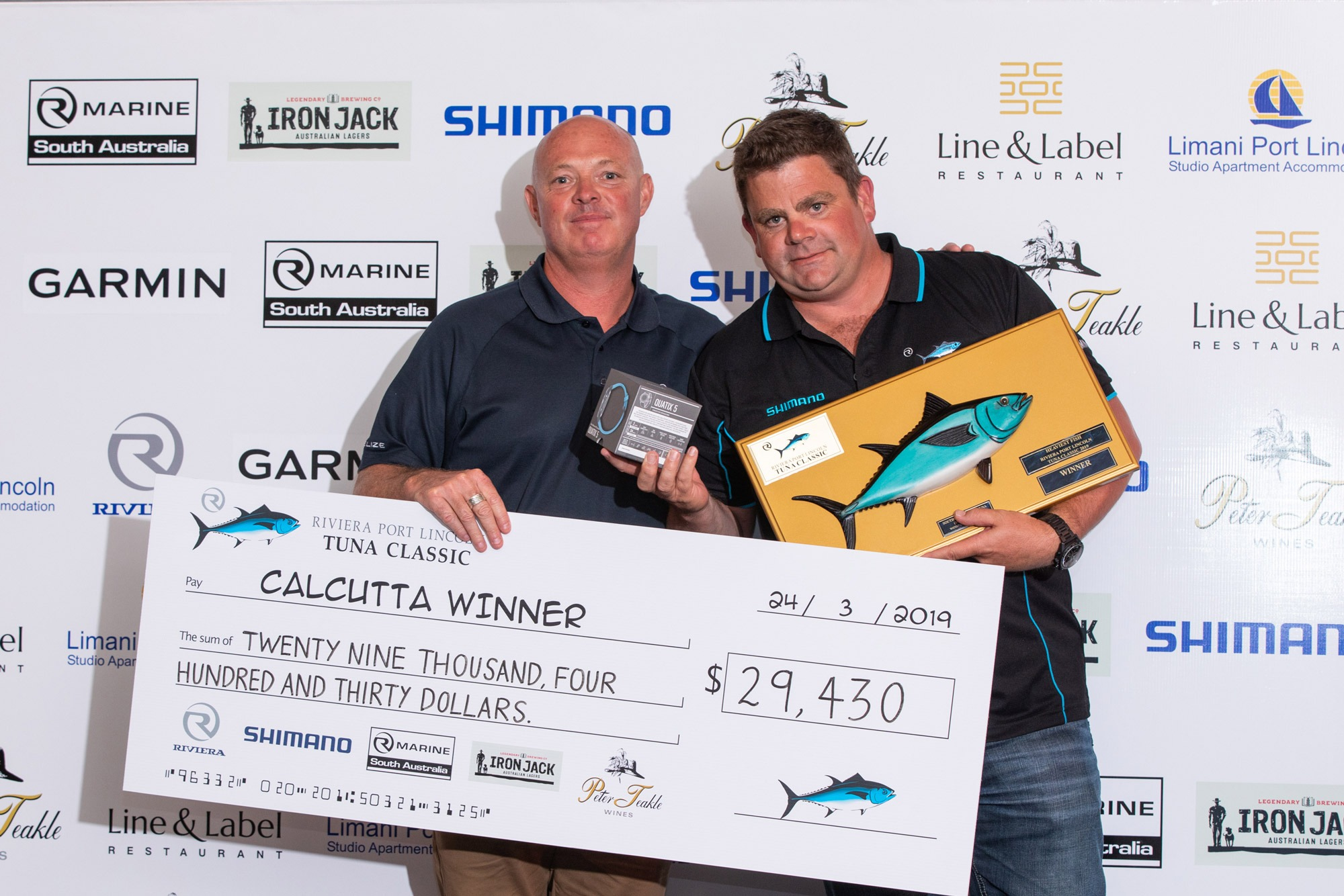 Rob Swincer (right) receives the Calcutta prize from Riviera Dealer Development and Sales Manager David Thorpe after his team aboard Riviera 45 Open Flybridge Saltiga tied for first place.
